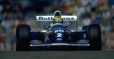 Ayrton Senna e sua Williams durante o GP de Ímola de 1994. Algumas voltas depois, seu carro sairia na curva Tamburello, uma peça atingiria sua cabeça, causando um ferimento fatal
