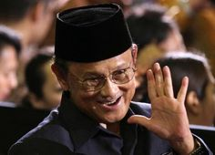 Indonesia's top engineer and former president, Bacharuddin Jusuf Habibie or B. Habibie, who built the country's aircraft industry from scratch, died at 83 in Jakarta on Wednesday. Former President, Technology Transfer, Industrial Development, Papa Francisco, Great Leaders, Doa, Presidents, Aircraft, Angela Merkel