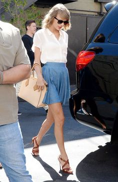 Taylor Swift in a Lucca Couture chambray skirt Style Taylor Swift, Taylor Swift News, Taylor Swift Pictures, Casual Chic, Formal Casual, Denim Crop Top, Crop Top And Shorts, Crop Top Et Short, Outfit