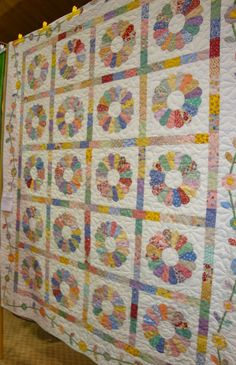 FABRIC THERAPY: Sauder Village Quilt Show: Part Three... ~ 1930's Dresden Plate Quilt