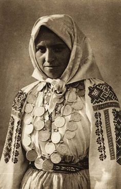 Romania - old photos - by Kurt Hielscher Vintage Gypsy, Vintage Glamour, Style Hippie Chic, Popular Costumes, Romanian Girls, Folk Costume, Interesting Faces, People Around The World, Traditional Dresses