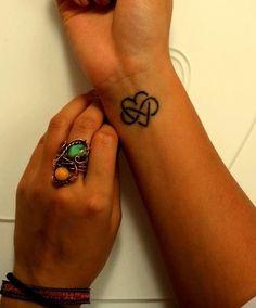 Tatuaggio infinito con cuore sul polso