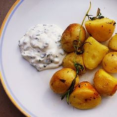 Grilled potatoes and sour cream with chives