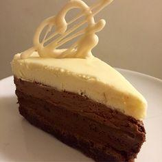 Nu är min nyårstårta näst intill färdig.  Det blir en trippel chokladmousse tårta på browniebotten.  Jag älskar choklad, och kände för att göra en moussetårta denna gången.   Mörk choklad, ljus choklad och vit choklad, chokladigt nog tror jag! No Bake Cake, Mousse, Cake Decorating, Cheesecake, Dessert Recipes, Pudding, Favorite Recipes, Sweet, Frostings