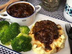 hachee met een pittige twist spicy hash with mashed potatoes and broccoli potatoes Vegetable Soup Healthy, Vegetable Recipes, Meat Recipes, Cooking Recipes, Healthy Recipes, Meat Love, I Love Food, Slow Food, Clean Eating Diet