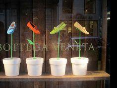 Escaparate muy original, utilizando zapatos como si fueran flores en macetas. Alejandro Jiménez