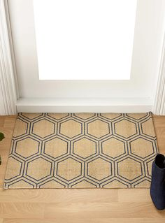A Canadian design by Samantha Pynn exclusively for Simons Maison The hexagon is one of Sam's favourite tile shapes. Give your home an instant designer vibe with this chic geometric in a beautiful, easy to work with navy. - Soft 100% cotton weave - 60 x 90 cm
