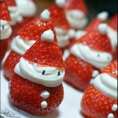 Strawberry Santas o fresas papa noel Christmas Party Food, Noel Christmas, Christmas Goodies, Christmas Desserts, Christmas Treats, Holiday Treats, Holiday Parties, Holiday Fun, Holiday Recipes