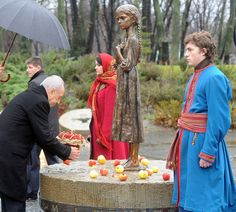 President of Israel Shimon Peres lays flowers on the monument at the Holodomor Memorial Museum in Kiev. (Photo: Moshe Milner GPO)