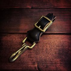 キーフォブ完成 ベルトに通して使用できます ぜひ先日のウォレットとコーディネートして腰まわりのアクセントに 詳細はLINEメールよりお気軽に問い合わせください|ω) #レザークラフト#ハンドメイド#手縫い#wallet#ウォレット#財布#サドルレザー#ヌメ革#follow#フォロー#ルード#バイカー#チョッパー#カフェレーサー#アメカジ by 2nd2nd