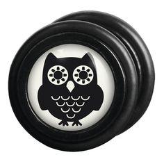 """Vi piacciono i plug ma non volete dilatare i lobi delle orecchie? I falsi plug """"Black Owl"""" di #Wildcat sono quello che fa per voi. Set di falsi plug con gufo nero su sfondo bianco sulla superficie. Ø: 10 mm. Spessore perno: 1,2 mm. Materiale: acciaio inossidabile."""