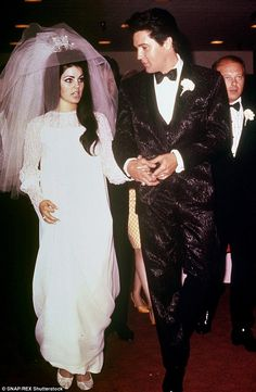Priscilla Presley from Celeb Wedding Dresses Elvis' bride custom designed her own beaded chiffon wedding gown, which she donned with a three-foot veil featuring a rhinestone crown. Lisa Marie Presley, Priscilla Presley Wedding, Elvis Presley Priscilla, Elvis Presley Family, Elvis Presley Photos, Famous Wedding Dresses, Celebrity Wedding Dresses, Celebrity Weddings, Wedding Gowns