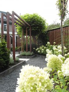 bloemrijke border, strakke moderne pergola, split