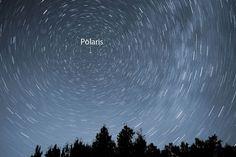 Bintang Polaris yang diam, sementara itu bintang lainnya bergerak memutar. Kredit: Bob King   SpaceNesia - Polaris Itu apasih? Polaris me...