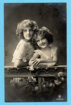 Grete Reinwald and her sister Hanni