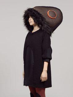 Acorn Alley Dress designed by Femke Agema - Sweater jurk in fluffy fake fur  In deze sweater jurk wil je overwinteren! Comfortabele trui met driekwart mouw in zwarte fluffy fake fur. Steekzakken in de zijnaden.