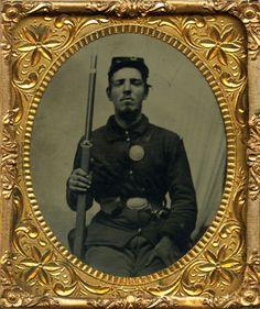Superb-Tintype-of-Stud-Civil-War-Soldier-Armed-w-Musket-Eagle-Breast-US-Buckle
