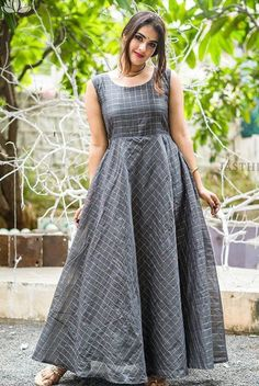 Fashion tops blouse - Beat the Heat with Linen Sarees Long Gown Dress, Frock Dress, Long Frock, Long Dresses, Long Dress Design, Dress Neck Designs, Frock Models, Frocks And Gowns, Ikkat Dresses