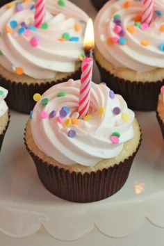 The TomKat Studio: {Cupcake Monday} How To Frost Cupcakes with a Beautiful Swirl! Frost Cupcakes, How To Ice Cupcakes, Yummy Cupcakes, Cookies Cupcake, Cupcake Frosting, Cupcake Party, White Frosting, Icing Cupcakes, Sprinkle Cupcakes