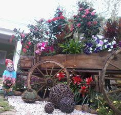 Carroça plantada com flores... by Fênix Plantas e Jardins @fenixartdecor