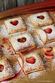 Różowa Patera: Francuskie ciastka z rabarbarem, konfiturą truskawkową i serduszkiem Waffles, French Toast, Baking, Breakfast, Food, Morning Coffee, Bakken, Essen, Waffle