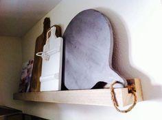 Wandrek steigerhout. Met houten broodplanken. Kookboek.