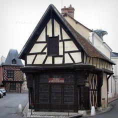 Romorantin-Lanthenay: Carroir doré abritant le musée archéologique et Chancellerie en arrière-plan, en Sologne