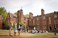 Tabara de limba engleza la Ridley Hall College // Scoala internationala din Anglia de limba engleza, din vara 2014, se desfasoara in Cambridge, care este de peste 700 ani unul dintre cele mai renumite orase universitare din lume, fiind si locul ideal pentru vacanta tinerilor. Strabatut de raul Cam, orasul se afla la o distanta de 100 km de Londra si are o clima placuta tot timpul anului. Aici sunt organizate anual festivaluri de muzica, film, folk si Festivalul Shakespeare, tinerii putand…