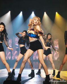 Lisa at blackpink concert world tour Lisa Black Pink, Black Pink Kpop, Jennie Blackpink, Blackpink Lisa, South Korean Girls, Korean Girl Groups, Stage Outfits, Poses, Yg Entertainment