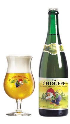 LA CHOUFFE | 75 CL La Chouffe is een lekker fruitig blond biertje. Beschikt over licht kruidige tonen van koriander en een subtiele hopsmaak. La Chouffe combineert perfect met kip, varkenshaas, lam, asperges, zeeduivel, tonijn en mosselen. Verpakt in een mooie grote fles van 75 cl. https://bierrijk.nl/la-chouffe-75-cl