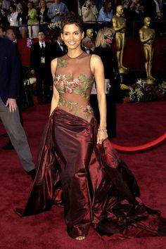 In Elie Saab at the 2002 Academy Awards Oscar Gowns, Best Oscar Dresses, Iconic Dresses, Glam Dresses, Mini Dresses, Pretty Dresses, Beautiful Dresses, Wedding Dresses, Elie Saab