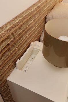 Decoração de apartamento. No quarto, criado-mudo branco com luminária de mesa, tons neutros.  #decoracao #decor #details #casadevalentina