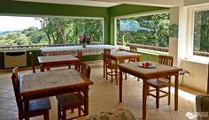Sala onde é servido o café da manhã, no Recanto Família Fragoso, em Monte Verde.