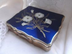 Vintage 'musical' Stratton compact from 1950s.  Plays 'The Blue Danube Waltz' by Strauss.