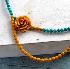 Inspired by Frida Kahlo halssnoer in turkoois steen en mosterd gele facetkraal. €58,00, via Etsy.