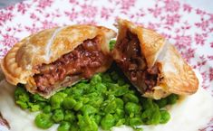 There's only one thing you can do to make Beef Bourguignon better and that's to make it into a pie. Made with beef mince, these beef bourguignon pies are a budget friendly alternative t… Minced Beef Pie, Minced Beef Recipes, Mince Recipes, Chicken Recipes, Savoury Recipes, Curry Pie Recipe, Curry Recipes, Beef Cake Recipe, Pie Pastry Recipe
