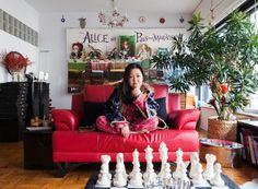 A criatividade da artista ao trazer um poster do filme Alice nos País das Maravilhas, de Tim Burton , como quadro principal da sala de jantar (Foto: Lufe Gomes/Life by Lufe)