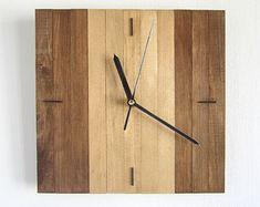 Cuadrado de madera de nogal y roble nogal de madera del por Paladim Rustic Wall Clocks, Unique Wall Clocks, Wood Clocks, Minimalist Clocks, Hanging Clock, Clock Wall, Water Based Stain, Modern Clock, Plywood Furniture