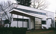 Tour the 1938 home of Walter Gropius, founder of the German design school known as the Bauhaus, in Lincoln, Massachusetts. Walter Gropius, Art Deco Buildings, Modern Buildings, Beautiful Buildings, Modern Houses, Wassily Kandinsky, Classical Architecture, Interior Architecture, Landscape Architecture