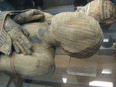 Una mummia dell'antico Egitto con un sofisticato motivo tessuto intorno alla testa