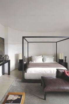 Un lit à baldaquin design dans une chambre épurée. Plus de photos sur Côté Maison http://petitlien.fr/80wa