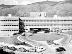 1950•   Se inaugura en San Bernardino, el Edificio Shell, sede de la empresa petrolera. Fue diseñado en el año 1946 por la firma norteamericana Badgeley & Bradbury.