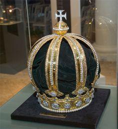 A coroa de D.Pedro II possui 707 pérolas e 639 brilhantes.