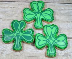 Shamrock sugar cookies | Cookie Connection Irish Cookies, St Patrick's Day Cookies, Summer Cookies, Iced Cookies, Cut Out Cookies, Cute Cookies, Easter Cookies, Christmas Cookies, Spritz Cookies