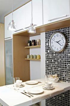 Lá se foi o tempo da mesa grande para refeições na cozinha: ao menos nos novos apartamentos pequenos com cozinha pequena também, há, no máximo, espaço para uma mesa/bancada com banquetas, bancos ou pequenas cadeiras