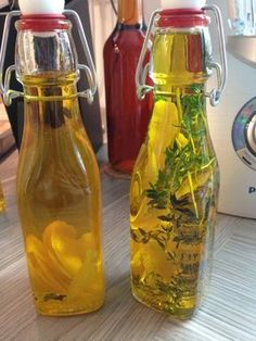 The perfect lemon oil recipe with picture and simple step-by-step instructions, Flavored Oils, Infused Oils, Kitchen Time, Kitchen Gifts, Chutneys, Grill Party, Homemade Pesto, Lemon Oil, Herbal Oil