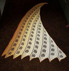 Das Tuch wird an der unteren Spitze begonnen. Es ist asymmetrisch und wird schnell breit. Es lässt sich jedoch sehr gut tragen. Das Muster ist sehr einfach zu merken. Die verwendeten Maschen sind: Luftmaschen, feste Maschen und Stäbchen. Es wird empfohlen eine LL von mindestens 760m/200gr zu verwenden. Die Anleitung ist schriftlich.