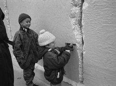 Menino ajuda na destruição do muro após o fim da divisão que chocou o mundo, em dezembro de 1989  Foto: Getty Images