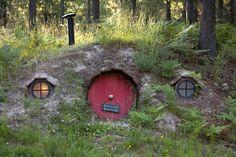 Una casa hobbit a tamaño real. Situada en Trout Creek, en un valle en el noroeste de Montana (Estados Unidos), la casa, construida bajo tierra, es tan fiel al estilo hobbit que traslada, mentalmente, al visitante hasta la mismísima Comarca. ¡Y se puede alquilar!