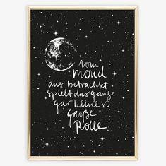 """Aufmunterndes Handlettering-Poster """"Vom Mond aus betrachtet, spielt das gar keine so große Rolle"""" im zauberhaften Schwarz-Weiß-Design von Tales by Jen"""